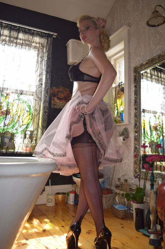 Huddersfield Mistress in FFSH nylon Stockings